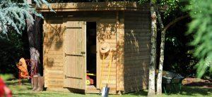 Un abri de jardin ouvert avec une pelle