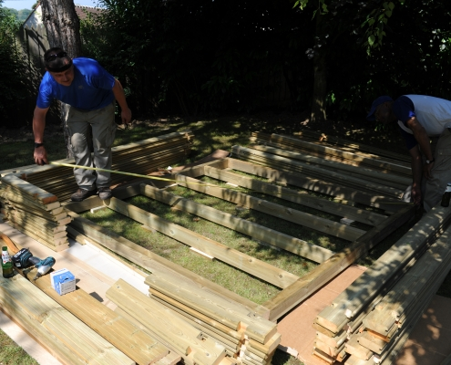 Montage du plancher en bois pour un abri de jardin