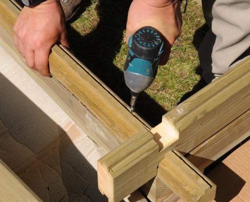 Début du montage de la façade en bois pour l'abri de jardin Maisonelle