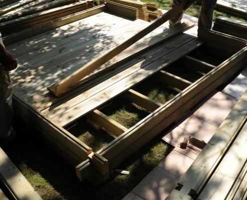 Fin du montage du plancher en bois, la première étape pour le montage d'un abri de jardin est fini