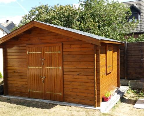 Abri de jardin avec du bois vernis